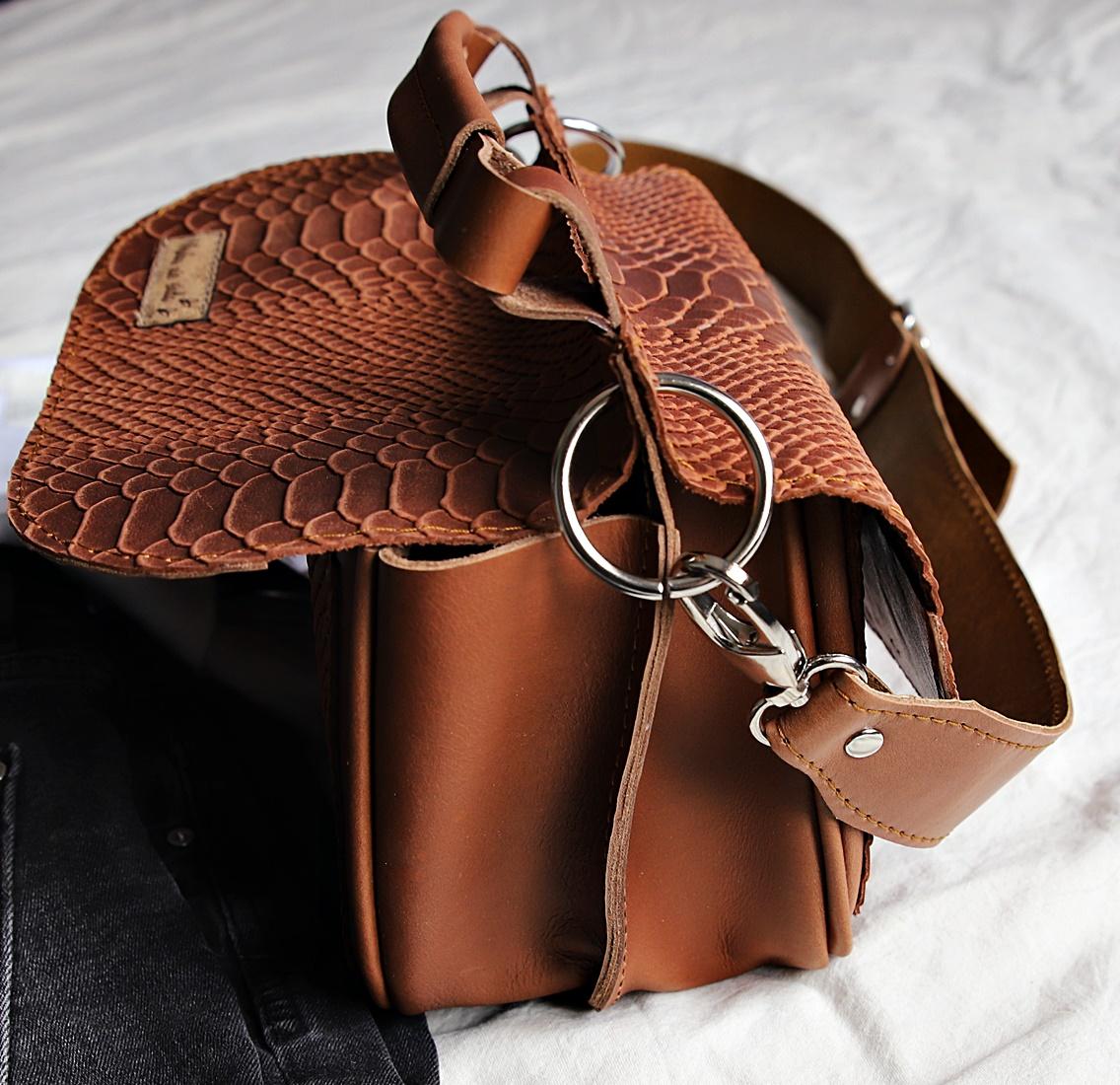 torebka skórzana Greta jasny brąz kroko bok