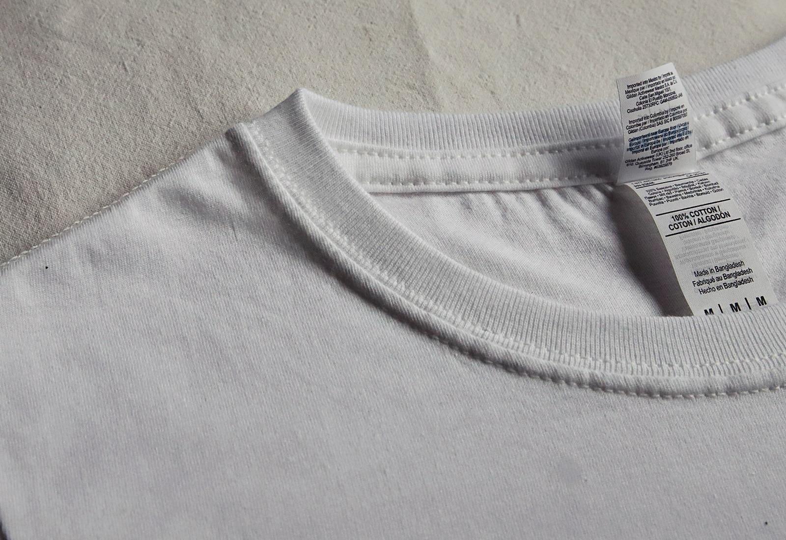 biała koszulka mucha detal