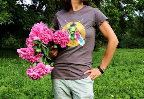 Koszulka szara-kolorowa mucha detal