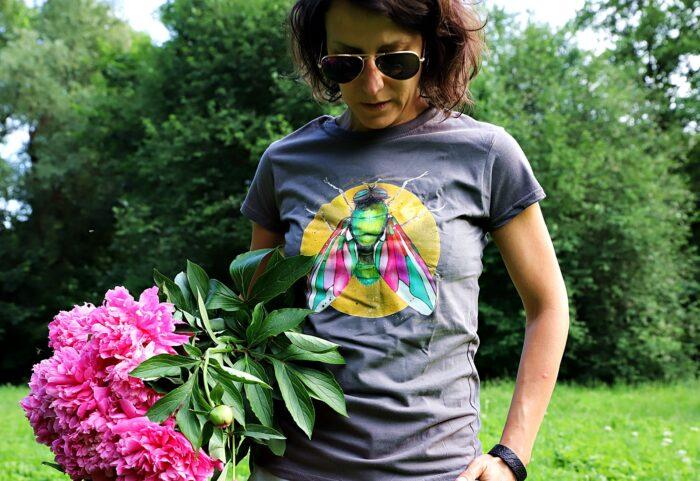 Koszulka szara-kolorowa mucha