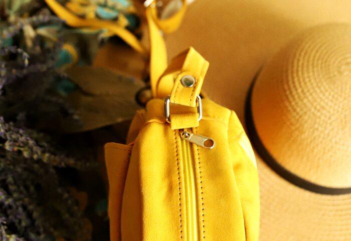 Torebka okrągła BETSY żółty zamsz detal