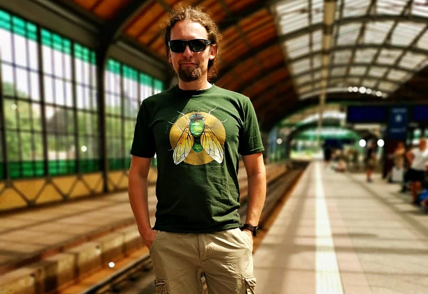 zielona koszulka z muchą
