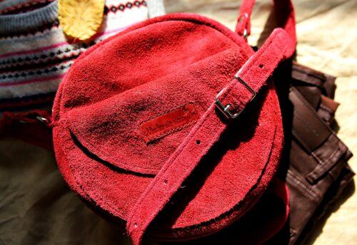 Okrągła torebka zamszowa malinowa
